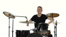 Музыка игр барабанщика ядреная на комплекте барабанчика Белая предпосылка видеоматериал