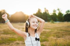 Музыка и танцевать радостной девушки слушая Стоковые Фото