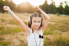 Музыка и танцевать славной девушки слушая Стоковая Фотография RF