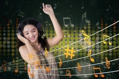 Музыка милого девочка-подростка слушая Стоковое фото RF