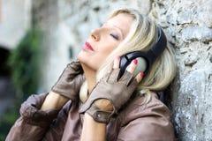 Музыка милой женщины слушая с наушниками Стоковая Фотография RF