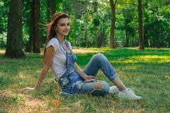 Музыка молодой девушки брюнет слушая с мобильным телефоном Стоковая Фотография