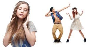 Музыка молодой женщины слушая и 2 танцора на предпосылке Стоковые Изображения RF