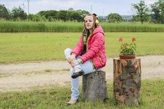 Музыка молодой задумчивой девушки слушая Стоковая Фотография