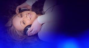 Музыка молодой милой женщины слушая Стоковая Фотография
