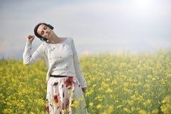 Музыка молодой, эмоциональной и счастливой женщины слушая в наушниках i Стоковые Фотографии RF