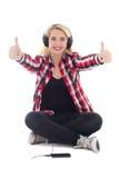 Музыка счастливого девочка-подростка слушая в наушниках и больших пальцах руки вверх Стоковое фото RF