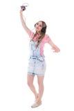 Музыка счастливого девочка-подростка слушая с умным телефоном и танцевать Стоковое Изображение