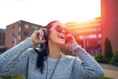 Музыка счастливой женщины слушая наушниками Стоковое Изображение RF