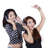 Музыка счастливых девочка-подростков слушая Стоковые Фотографии RF