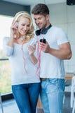 Музыка счастливых пар слушая от телефона Стоковое фото RF