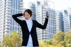Музыка человека слушая с его smartphone стоковая фотография rf