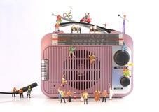 Музыкальная станция с миниатюрными людьми Стоковые Фотографии RF