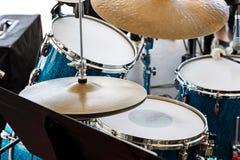 Музыкальное оборудование на этапе барабанчик установленный подготавливает для performanc улицы стоковое фото