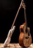 музыкальные инструменты, гитара бочонка басового барабанчика акустическая и басовая гитара на черной предпосылке Стоковые Изображения