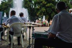 Музыкальные инструменты игры людей Стоковая Фотография