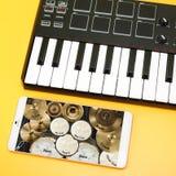 Музыкальный инструмент - клавиатура MIDI и набор барабанчика Стоковое Изображение