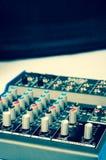 Музыкальный крупный план усилителя на предпосылке дикторов Стоковое Изображение