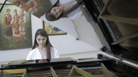 Музыкальный пианист играя классический рояль в центре концертного зала съемка steadycam акции видеоматериалы