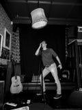 Музыка indie утеса петь человека Стоковые Изображения