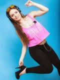 Музыка mp3 и танцевать предназначенной для подростков девушки слушая Стоковая Фотография RF