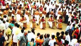Музыки виска Chenda Melam играя с традиционными барабанчиками серией художников в виске сток-видео