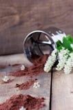 Мука вишни птицы с просевателем на деревянном столе Стоковое Изображение