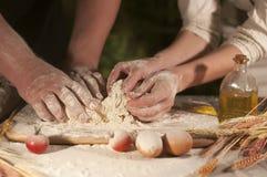 мука домодельная, хлебопекарня теста, варя домашнюю пиццу Стоковые Изображения RF