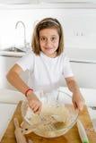 Мука и яичка мини девушки шеф-повара смешивая печь подготавливающ сладостный усмехаться пустыни счастливый Стоковые Изображения