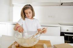 Мука и яичка мини девушки шеф-повара смешивая печь подготавливающ сладостный усмехаться пустыни счастливый Стоковые Фотографии RF
