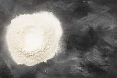 Мука на темной предпосылке Взгляд сверху, космос экземпляра еда вареников предпосылки много мясо очень Стоковые Фото
