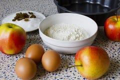Мука, сахар, изюминки, яичка и яблоки для домодельных печениь Стоковое Изображение RF