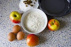 Мука, сахар, изюминки, яичка и яблоки для домодельных печениь Стоковые Изображения RF