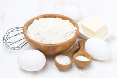 Мука, соль, сахар, масло и яичка для печь блинчиков Стоковые Фото