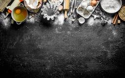 Мука с различными печь формами теста стоковая фотография