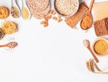Мука, хлеб, сухие макаронные изделия и чечевицы и другие ингредиенты на белой предпосылке стоковые фотографии rf