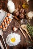 Мука, яичка и булочки на кухонном столе Стоковые Изображения RF