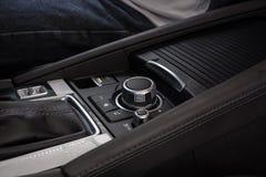 Мультимедиа контролируют кнопки современного автомобиля стоковые изображения rf