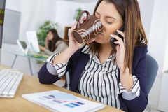Мульти-управление задачами женщины в офисе Стоковые Фото