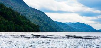 Мульти--humped в форме Изверг волны на Лох-Несс, Шотландии стоковое изображение
