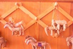 Мультфильм лошади вися ключевой сделать хлопком на стене деревянного стоковое фото rf