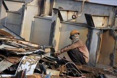 Мумбай/Индия - 23/11/14 - грузят резец газа выключателя сокрушая часть INS Vikrant в корабле Darukhana ломая двор Стоковые Фотографии RF