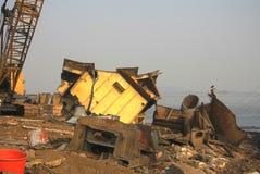 Мумбай/Индия - 23/11/14 - сдавать сталь от корпуса корабля в корабле Darukhana ломая двор Стоковое Изображение