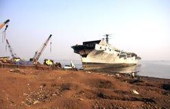 Мумбай/Индия - 23/11/14 - INS Vikrant пристали к берегу в корабле Darukhana ломая двор Стоковое фото RF