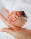 Мумия держа baby& x27; ноги s стоковое изображение rf