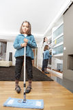 Мумия и дочи очищая жить Стоковое фото RF