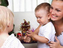 мумия малышей шерсти рождества ближайше сидит вал Стоковое Изображение RF
