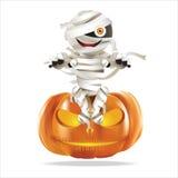 Мумия сидя на тыкве хеллоуина Стоковые Фото