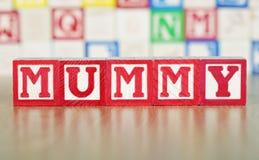 Мумия сказала по буквам вне в строительных блоках алфавита стоковое фото