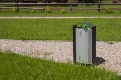 Мусорная корзина в парке Стоковые Фото